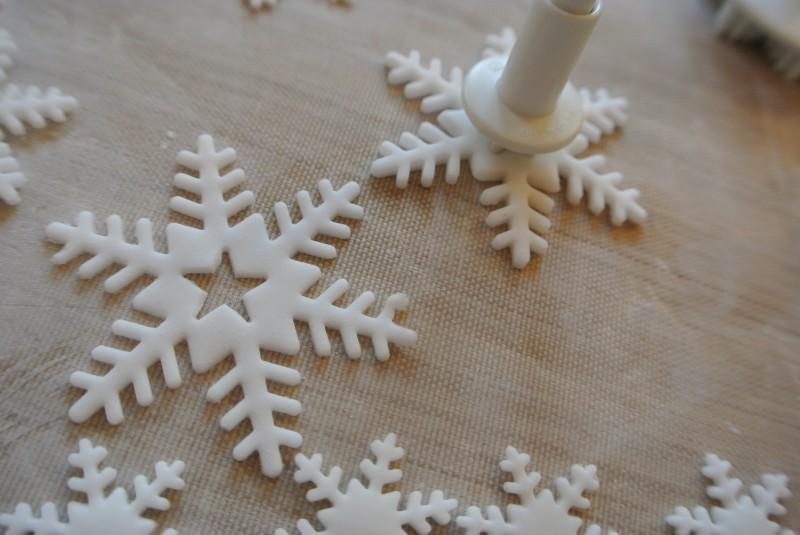 Как сделать снежинки из мастики