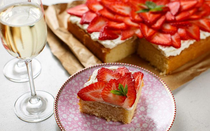 Strawberry Prosecco Traybake