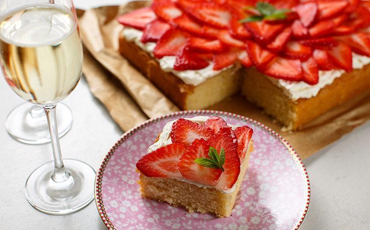 Strawberry Prosecco Traybake